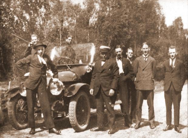 1922, 21 maj, Serietävling i friidrott i Älmhult. Rast på vägen